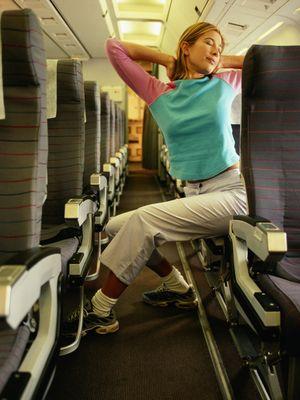 Ilustrasi meregangkan badan di pesawat