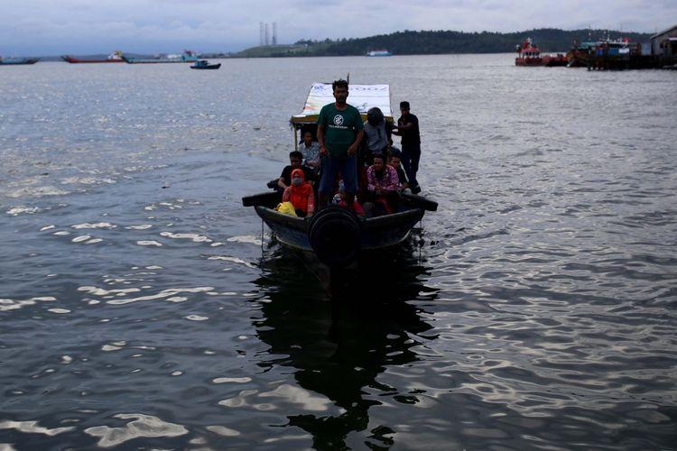 Suasana masyarakat yang menggunakan perahu untuk menyebrang ke kabupaten Penajam di Kampung Atas Air, Kota Balikpapan, Kalimantan Timur, Sabtu (10/12/2016). Kampung yang dulu kumuh ini sekarang menjadi kampung yang cukup asri, dan menyabet sejumlah penghargaan nasional.