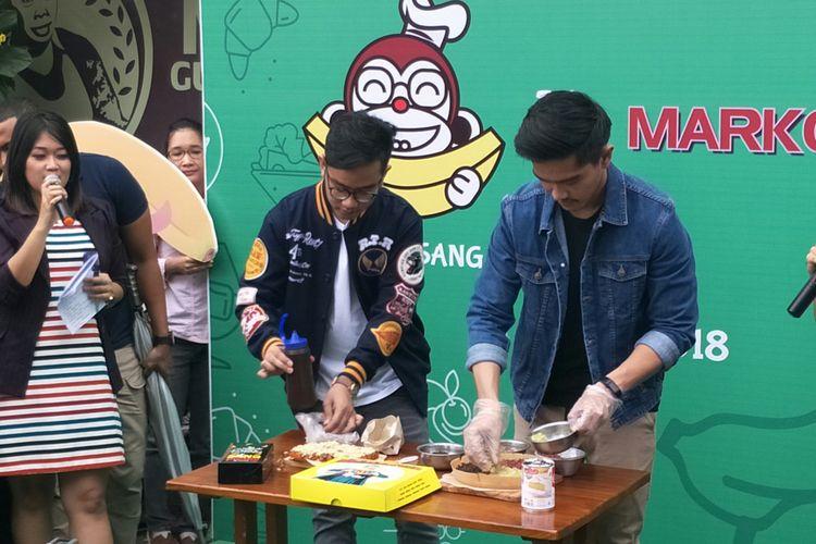 Gibran Rakabuming Raka dan Kaesang Pangarep saat berduel kuliner di Cikini, Jakarta Pusat, Minggu (11/3/2018)