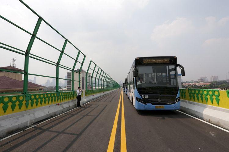 Uji coba pengoperasian layanan bus transjakarta koridor 13 (Tendean-Ciledug), Jakarta, Senin (15/5/2017). Jalur transjakarta sepanjang 9,3 kilometer ini akan dilengkapi 12 halte dan direncanakan beroperasi mulai Juni 2017.