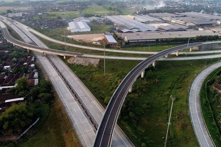 Hari pertama fungsionalisasi ruas Rembang-Bangil yang merupakan bagian dari Jalan Tol Gempol-Pasuruan sepanjang 8 kilometer di Surabaya, Jawa Timur, Senin (19/6/2017). Sepekan jelang Lebaran 2017 Tak banyak kendaraan yang melintas, dan masih terlihat sepi.