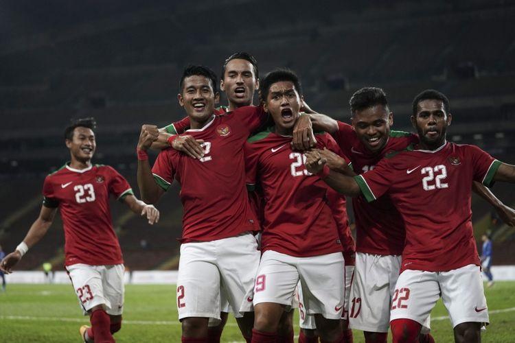 Pesepak bola Timnas U-22 Septian David Maulana (kedua kanan) bersama rekan-rekan satu tim melakukan selebrasi seusai membobol gawang Timnas Filipina U-22 pada babak penyisihan Grup B SEA Games XXIX di Stadion Shah Alam, Selangor, Malaysia, Kamis (17/8/2017).