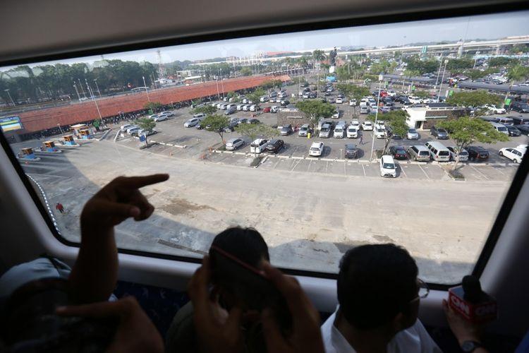 Suasana di dalam skytrain saat beroperasi secara resmi pada hari ini di Terminal 3 Bandara Soekarno-Hatta, Tangerang, Minggu (17/9/2017). Kereta layang tanpa awak ini sementara akan melayani penumpang dari Terminal 2 menuju Terminal 3 dan sebaliknya.