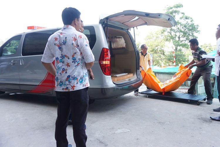 Jasad seorang pria ditemukan di kawasan Apartemen Parkland Avenue Serpong, Tangerang Selatan, Banten, Jumat (13/10/2017). Pria berinisial DK diduga bunuh diri dengan melompat dari lantai 31 Apartemen Parkland Avenue.