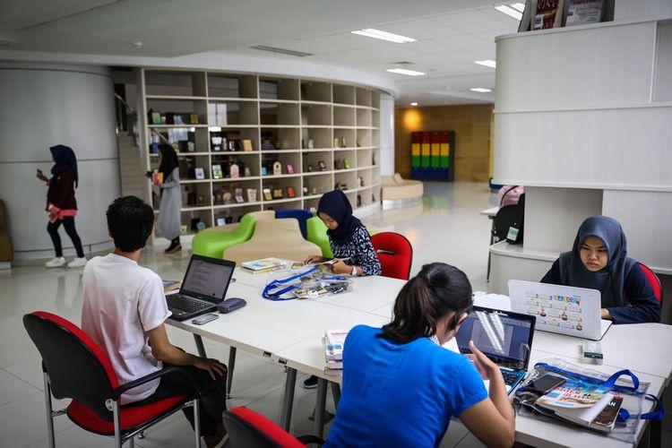 Sejumlah pengunjung membaca di Perpustakaan Nasional di Jalan Medan Merdeka Selatan, Jakarta Pusat, Rabu (8/11/2017). Perpustakaan Nasional dengan total 24 lantai dan tiga ruang bawah tanah merupakan gedung perpustakaan tertinggi di dunia. KOMPAS.com/GARRY ANDREW LOTULUNG