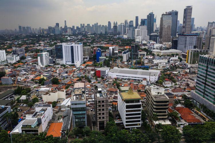 Pemandangan pepohonan dan gedung bertingkat terlihat dari Perpustakaan Nasional, Jakarta Pusat, Rabu (8/11/2017). Menurut data Dinas Kehutanan, Pertamanan dan Pemakaman DKI Jakarta, luas ruang terbuka hijau (RTH) hanya 9,98 persen dari 30 persen yang seharusnya dimiliki oleh DKI Jakarta. KOMPAS.com/GARRY ANDREW LOTULUNG