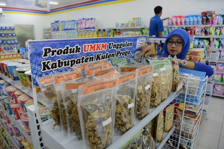 Pramuniaga menata barang dagangan  di Tomira (toko milik rakyat) di Jalan Wates, Kabupaten Kulon Progo, DI Yogyakarta, Rabu (29/3/2017). Toko retail modern itu dikelola oleh koperasi dan menghadirkan ruang pajang bagi berbagai produk lokal Kulon Progo.