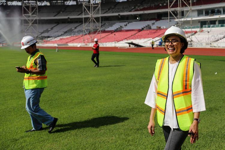 Menteri Keuangan Sri Mulyani dan Ketua Inasgoc Erick Thohir (kanan) meninjau proyek renovasi Stadion Utama Gelora Bung Karno untuk Asian Games 2018 di Kompleks Gelora Bung Karno (GBK), Senayan, Jakarta Pusat, Kamis (23/11/2017). Mengutip data Kementerian Pekerjaan Umum dan Perumahan Rakyat (PUPR), hingga kini progres pembangunan secara keseluruhan telah mencapai 87,27 persen dan ditargetkan selesai bertahap hingga Desember 2017.