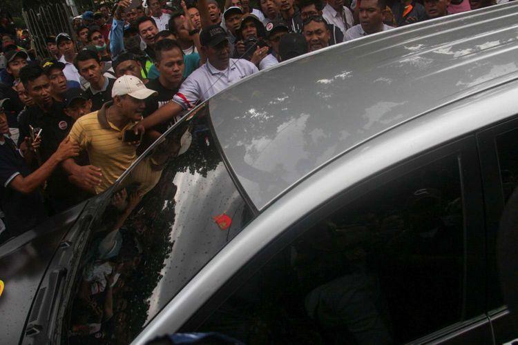 Para pengemudi taksi online dari berbagai daerah melakukan aksi unjuk rasa di depan Kementrian Perhubungan, Jalan Medan Merdeka Barat, Jakarta, Senin (29/01/2018). Mereka menolak Peraturan Menteri (PM) Perhubungan Nomor 108 penyelenggaraan angkutan orang dengan kendaraan bermotor umum tidak dalam trayek.