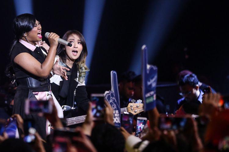 Maria Simorangkir tampil pada Indonesian Idol 2018 di Jakarta, Senin (2/4/2018) malam, bersama band KotaK.