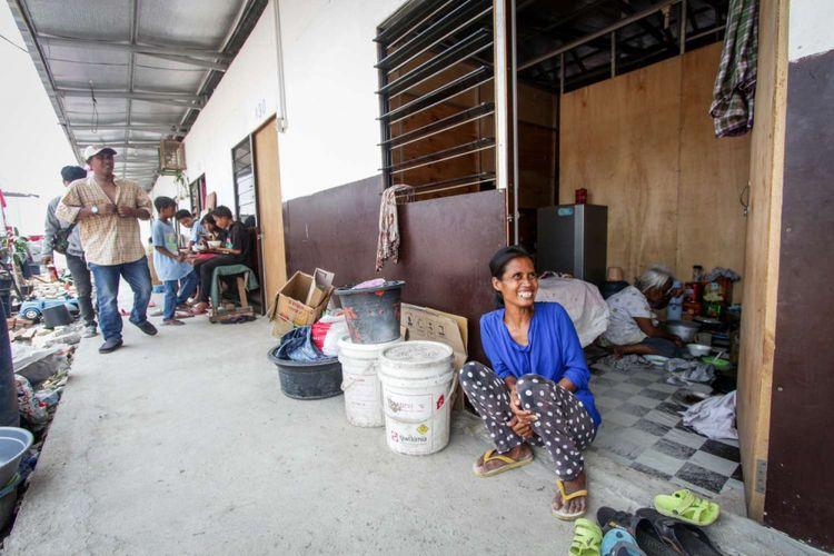 Suasana warga saat menempati shelter di Kampung Akuarium , Penjaringan, Jakarta, Sabtu (14/4/2018). Peringatan yang  bertajuk Dari Shelter Menuju Harapan Kampung yang Baru tersebut menampilkan pertunjukan warga kampung seperti musik dan tarian daerah.