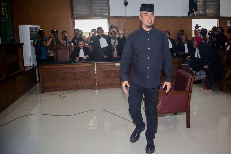 Artis musik Ahmad Dhani saat menjalani sidang kasus dugaan ujaran kebencian di Pengadilan Negeri Jakarta Selatan, Senin (16/4/2018). Ahmad Dhani diduga melanggar Pasal 45A Ayat 2 juncto Pasal 28 Ayat 2 Undang-undang Nomor 19 Tahun 2016 tentang Informasi dan Transaksi Elektronik juncto Pasal 55 Ayat 1 KUHP.