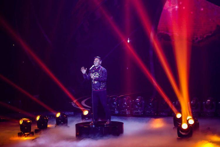 Abdul menyanyikan lagu Fix You milik Coldplay di grand final Indonesian Idol 2018, di Ecovention Ancol, Jakarta Utara, Senin (16/4/2018). Maria dan Abdul berhasil mencapai babak grand final Indonesian Idol 2018.