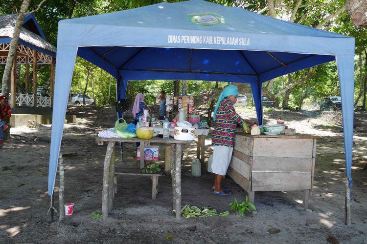 Warga lokal yang sedang berjualan di Tanjung Waka salah satu destinasi wisata yang ada di Desa Fatkayon, Kecamatan Sulabesi Timur, Pulau Sulabesi, Kepulauan Sula, Maluku Utara, Jumat (13/4/2018).
