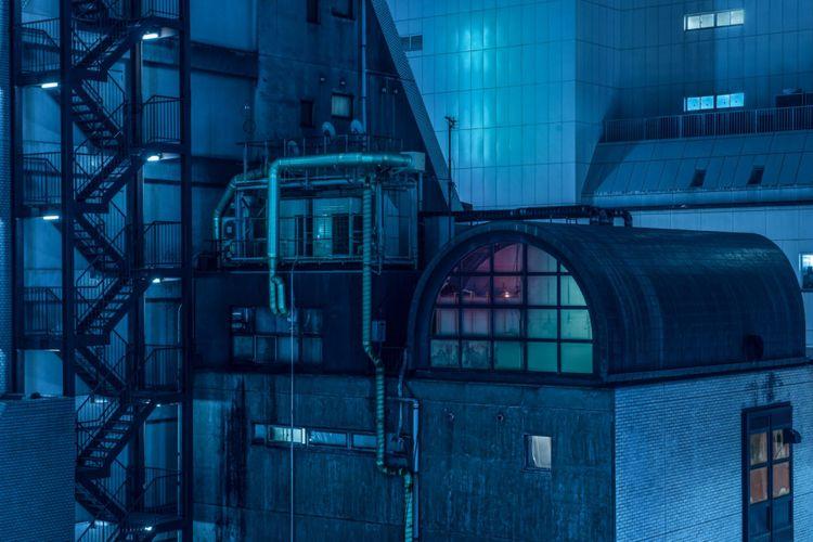 Fotografer Australia Tom Blachford menangkap suasana yang muram dengan latar belakang bangunan yang diterangi cahaya neon dalam referensi untuk film noir, khususnya film fantasi sci-fi 1982, Blade Runner.