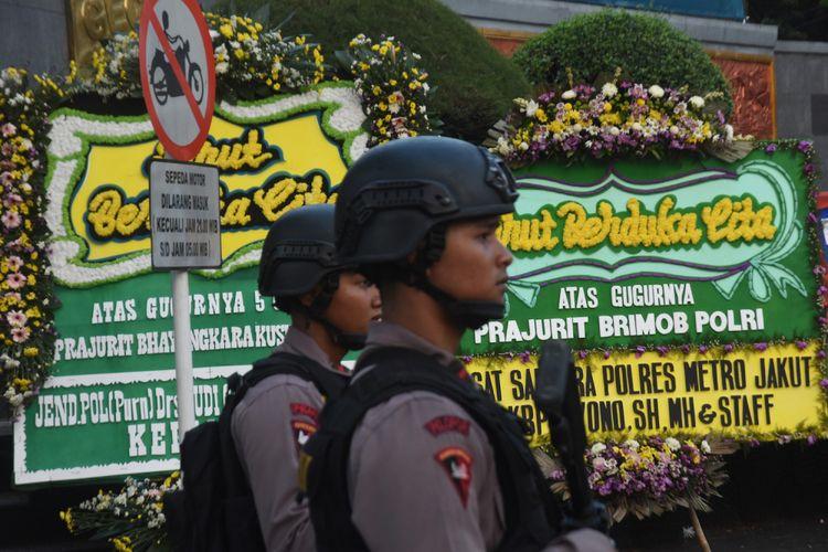 Sejumlah karangan bunga terpajang di depan Mako Brimob pasca insiden kerusuhan antara petugas kepolisian dan narapidana teroris di Depok, Jawa Barat, Kamis (10/5). Karangan bunga duka cita itu dikirim sebagai bentuk belasungkawa atas gugurnya lima anggota Densus 88 pada insiden tersebut. ANTARA FOTO/Indrianto Eko Suwarso/foc/18.