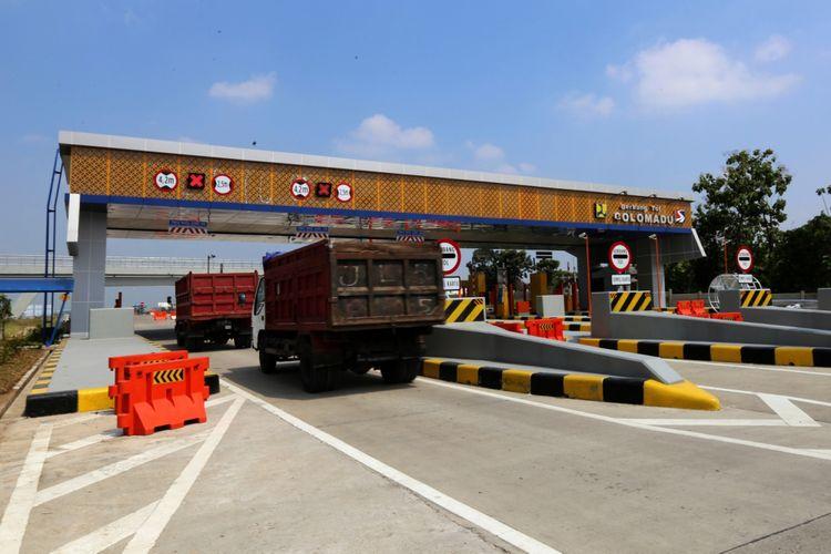 Sejumlah kendaraan melintas Gerbang Tol Colomadu proyek jalan Tol Salatiga-Colomadu di Karanganyar, Jawa Tengah, Senin (4/6/2018). Terhitung mulai 8 Juni 2018 aatau H-7 Lebaran, Jalan tol fungsional tersebut sudah dapat dilalui pemudik.