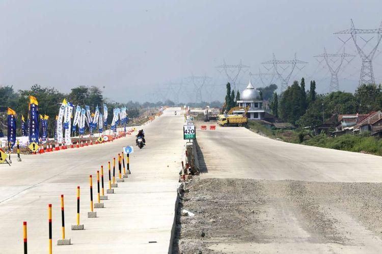 Kondisi jalan di tol Batang-Semarang, Jawa Tengah, Minggu (3/6/2018). Pembangunan tol tersebut sudah mencapai 95 persen dan diperkirkan dapat digunakan secara fungsional pada mudik dan balik Lebaran 2018.