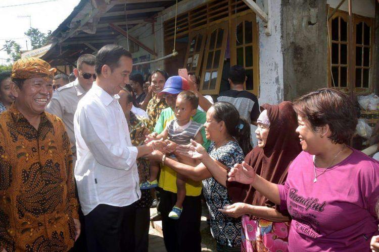 Presiden Jokowi bersalaman dengan warga Bangunharjo, Kelurahan Gandekan, Kecamatan Jebres, Kota Solo disela-sela kunjungan mudik di kampung halamannya.