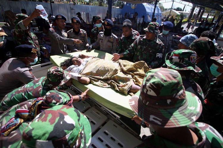 Pasien korban gempa bumi dirawat di halaman RSUD Lombok Utara, Tanjung, Lombok Utara, NTB, Selasa (7/8/2018). Berdasarkan data BNPB mencatat sedikitnya 105 korban meninggal dunia dan 236 korban mengalami luka luka akibat bencana gempa bumi yang terjadi Minggu (5/8/2018) dan kemungkinan masih akan bertambah.