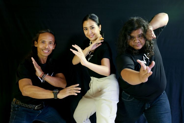 Yayan Ruhian, Sherina Munaf, Fariz Alfarazi (dari kiri ke kanan) berpose seusai sesi wawancara terkait promosi film Wiro Sableng Pendekar Kapak Maut Naga Geni 212, di kantor Kompas.com, Palmerah Barat, Jakarta Barat, Kamis (9/8/2018).