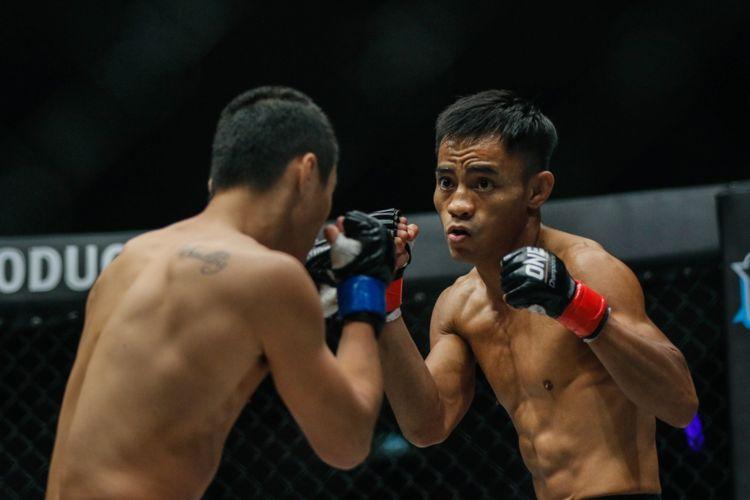 Atlet Mixed Matrial Arts (MMA) Indonesia Stefer Rahardian saat bertarung melawan Petarung China Pen Xue Wen di JCC Senayan, Jakarta, Sabtu (22/9/2018).