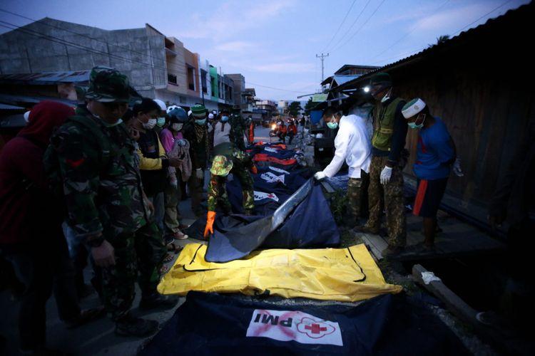 Warga mengidentifikasi jenasah korban gempa yang ditemukan di Perumnas Balaroa, Palu, Sulawesi Tengah, Sabtu (6/10/2018). Gempa bumi Palu dan Donggala bermagnitudo 7,4 mengakibatkan sedikitnya 925 orang meninggal dunia dan 65.733 bangunan rusak.