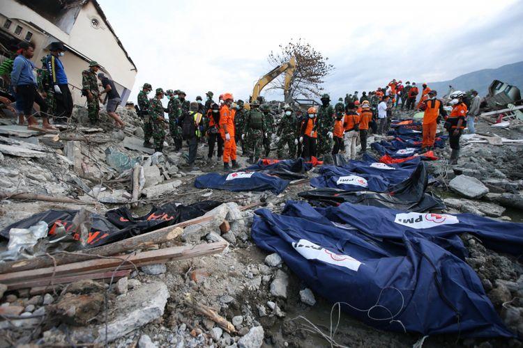 Petugas gabungan menemukan jenasah korban gempa bumi di Perumnas Balaroa, Palu, Sulawesi Tengah, Sabtu (6/10/2018). Gempa bumi Palu dan Donggala bermagnitudo 7,4 mengakibatkan sedikitnya 925 orang meninggal dunia dan 65.733 bangunan rusak.