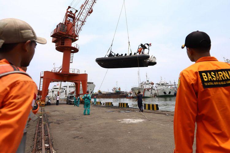 Anggota Basarnas melakukan persiapan untuk mencari korban jatuhnya pesawat Lion Air JT-610 ke laut, di Pelabuhan Jakarta, 29 Oktober 2018. Pesawat Lion Air tujuan Pangkalpinang tersebut membawa 188 orang.