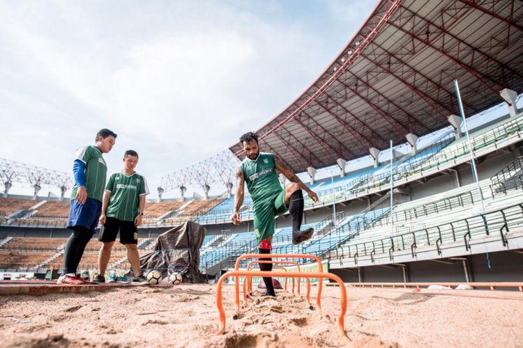 Gelandang bertahan Persebaya Surabaya, Nelson Alom mulai berlatih lagi pasca mengalami cedera di Stadion Gelora Bung Tomo, Surabaya, Kamis (8/11/2018).