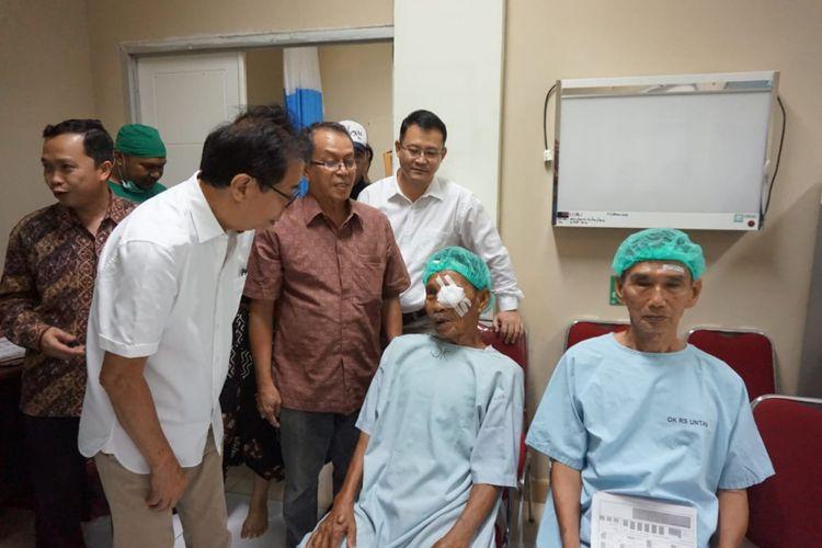 Direktur Sido Muncul Irwan Hidayat berbincang dengan pasien katarak pasca operasi Kamis (15/11/2018).
