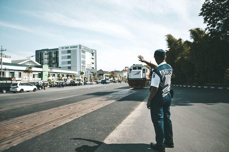Perlintasan kereta api di Jalan A. Yani Surabaya, tepatnya di depan mall Royal Plaza dan Rumah Sakit Islam (RSI).