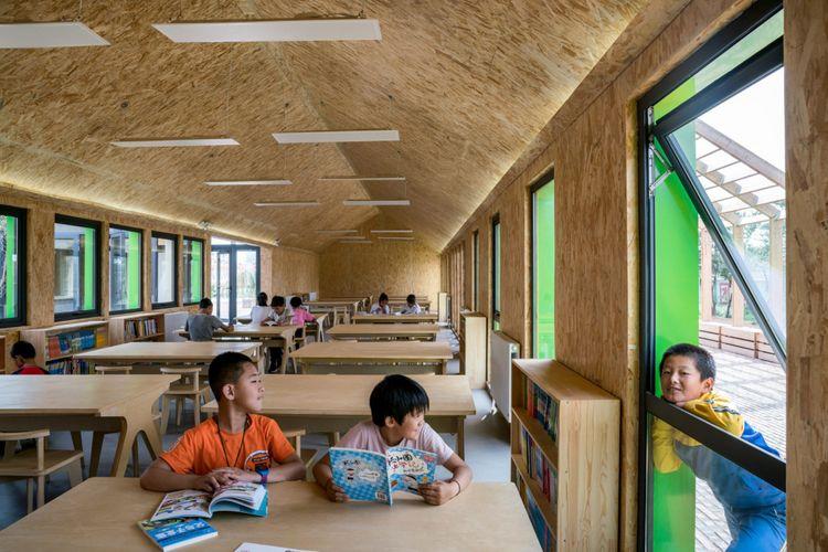 Untuk pencahayaan, arsitek merancang banyak jendela pada fasad bangunan