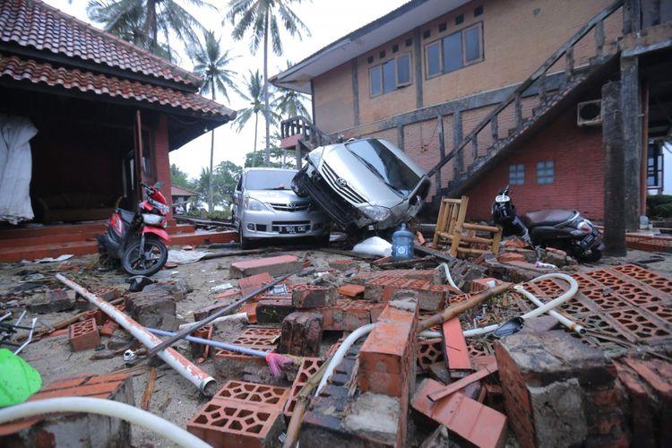 Suasana di salah satu villa yang porak poranda diterjang tsunami di Pantai Carita, Pandeglang, Banten, Minggu (23/12/2018). Informasi dari Badan Nasional Penanggulangan Bencana ( BNPB) data terkini korban hingga pukul 16.00 WIB, yaitu 222 orang meninggal dunia, 843 orang luka-luka dan 28 orang belum ditemukan.