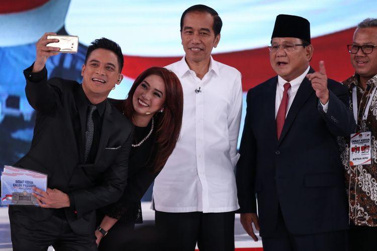 Calon Presiden Nomor Urut 01, Joko Widodo (baju putih) dan no urut 02, Prabowo Subianto (berjas, nomor dua dari kanan), berforto bersama usai Debat Kedua Pemilihan Presiden (Pilpres) 2019 di Hotel Sultan, Jakarta, Minggu (17/2/2019).