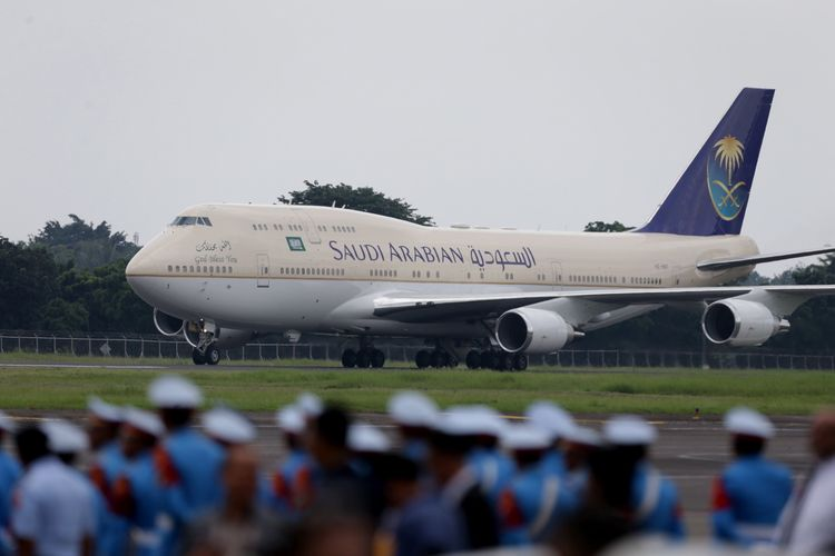 Pesawat Boeing 747 SP yang membawa Raja Arab Saudi Salman bin Abdulaziz al-Saud tiba di Bandara Halim Perdanakusuma, Jakarta, Rabu (1/3/2017). Kunjungan Raja Salman ke Indonesia setelah 47 tahun lalu dalam rangka kerja sama bilateral Indonesia - Arab Saudi.