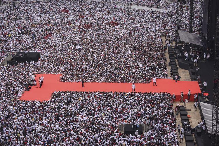 Relawan dan simpatisan pasangan Capres dan Cawapres nomor urut 01 Joko Widodo - KH Maruf Amin menghadiri Konser Putih Bersatu di Stadion Utama Gelora Bung Karno (GBK), Jakarta, Sabtu (13/4/2019). Konser Putih Bersatu tersebut menjadi puncak dari kampanye akbar pasangan nomor urut 01 sebelum memasuki masa tenang dan hari pemungutan suara (Pemilu) serentak pada Rabu, 17 April 2019 mendatang.