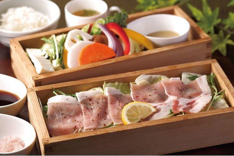 Semangkuk nasi babi Seiun dan berbagai macam sayuran dari Café Enji seharga 2.268 yen / Meito dan Meizui no Yado Baien