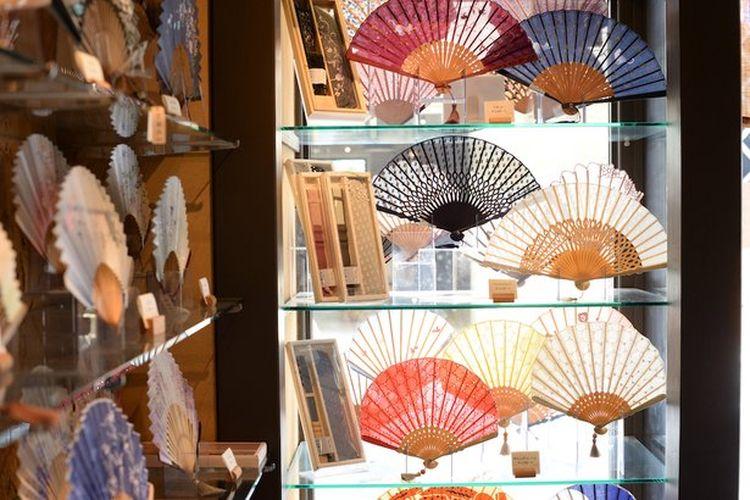 Mereka memiliki jajaran produk yang memenuhi beragam kebutuhan mulai dari barang casual seperti tali sepatu, kipas kertas tradisional Jepang hingga kipas bambu yang terinspirasi dari kipas cemara.