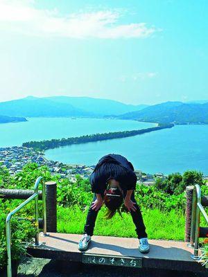 Mata-nozoki adalah balkon tempat pengunjung dapat mengagumi Amanohashidate dengan melihatnya dari antara dua kaki.