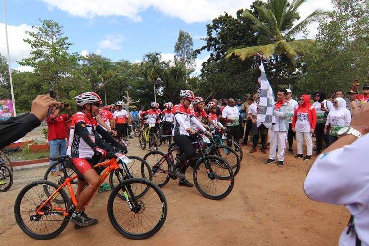 Menpora Imam Nahrawi bersama Bupati Merauke, Frederikus Gebze, melepas Tim Jelajah Nusantara 2019 yang beranggotakan 15 orang pesepeda andal dari 0 Km Sota, Merauke, Senin (22/7/2019),