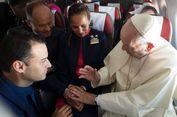 Paus Fransiskus Nikahkan Pasangan Kru Pesawat di Tengah Penerbangan