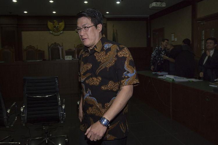 Kakak dari terdakwa Andi Narogong, Dedi Prijono, meninggalkan ruang sidang seusai memberi kesaksian dalam sidang lanjutan kasus korupsi KTP Elektronik (KTP-el) di Pengadilan Tipikor, Jakarta, Jumat (13/10). Tiga orang menjadi saksi dalam sidang lanjutan tersebut, yaitu Gubernur Jawa Tengah Ganjar Pranowo, Dedi Priono, dan Jimmy Iskandar Tedjasusila. ANTARA FOTO/Rosa Panggabean/kye/17.