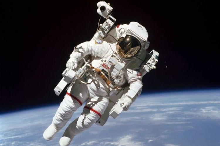 Bruce McCandless terbang lebih dari 90 meter dari pesawat ulang alik Challenger.