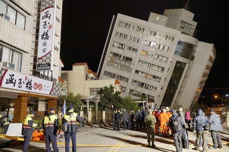 Salah satu hotel pondasinya ambruk dan menjadi miring di Hualien, Taiwan,  setelah gempa berkekuatan 6,4 skala richter mengguncang pesisir timur. (AFP/Paul Yang)