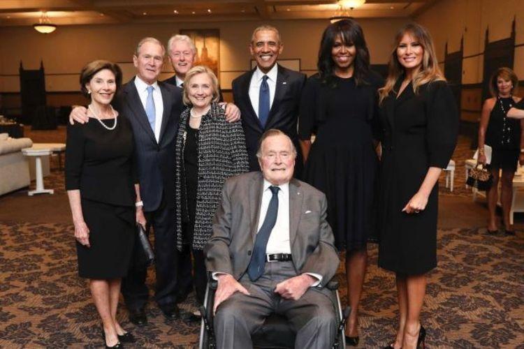 4 mantan presiden Amerika Serikat berfoto bersama saat menghadiri acara penghormatan terakhir Mantan Ibu Negara AS Barbara Bush. Michelle Obama, Hillary Clinton, Laura Bush, dan Ibu Negara AS saat ini Melania Trump juga terlihat dalam foto tersebut. (Twitter/David Priess)
