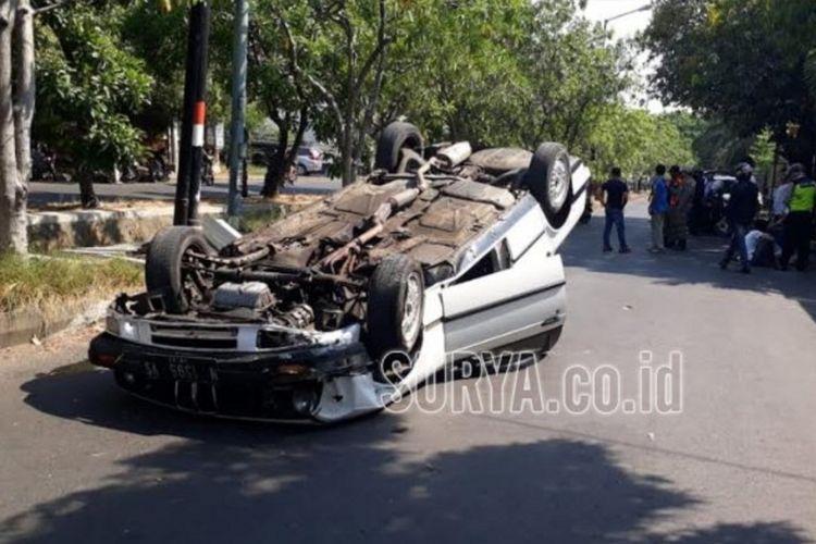 Mobil BMW yang dikemudikan pelajar terbalik di Surabaya