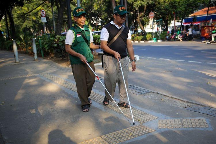 Sejumlah warga penyandang disabilitas yang tergabung dalam Gerakan Aksesbilitas Umum Nasional (GAUN) menggelar aksi susur trotoar di sepanjang Jalan Sabang, Thamrin, ke arah Jalan Kebon Sirih, Menteng, Jakarta Pusat, Rabu (30/8/2017). Kaum disabilitas menyuarakan kebutuhan akan jalur pedestrian yang ramah dan aman akibat banyaknya trotoar yang digunakan untuk parkir mobil atau motor sampai pedagang kaki lima berjualan sehingga fasilitas untuk disabilitas menjadi rusak.
