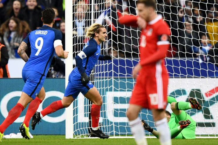 Penyerang timnas Perancis, Antoine Griezmann, merayakan golnya ke gawang Wales pada laga persahabatan di Stade de France, Jumat (10/11/2017).