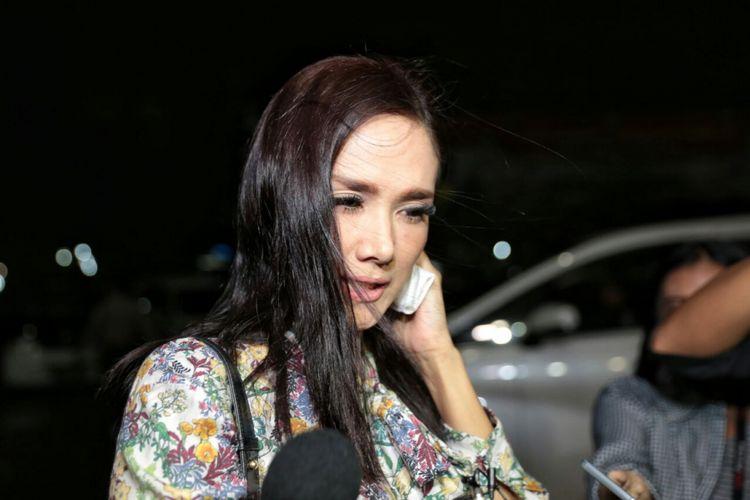 Penyanyi Mulan Jameela mengunjungi suaminya, Ahmad Dhani, yang sedang menjalani proses pemeriksaan di Polres Jakarta Selatan sejak Kamis hingga Jumat (1/12/2017) dini hari.